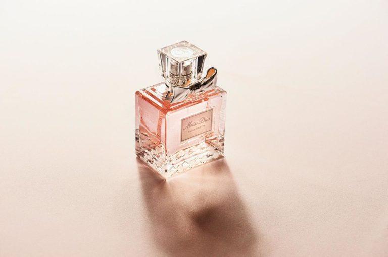 Czym się kierować wybierając perfumy na prezent dla kobiety?